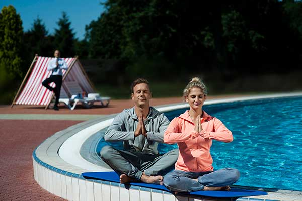 Yoga am Outdoor-Pool der Therme Banovci, Foto © SAVA Hotels & Resorts